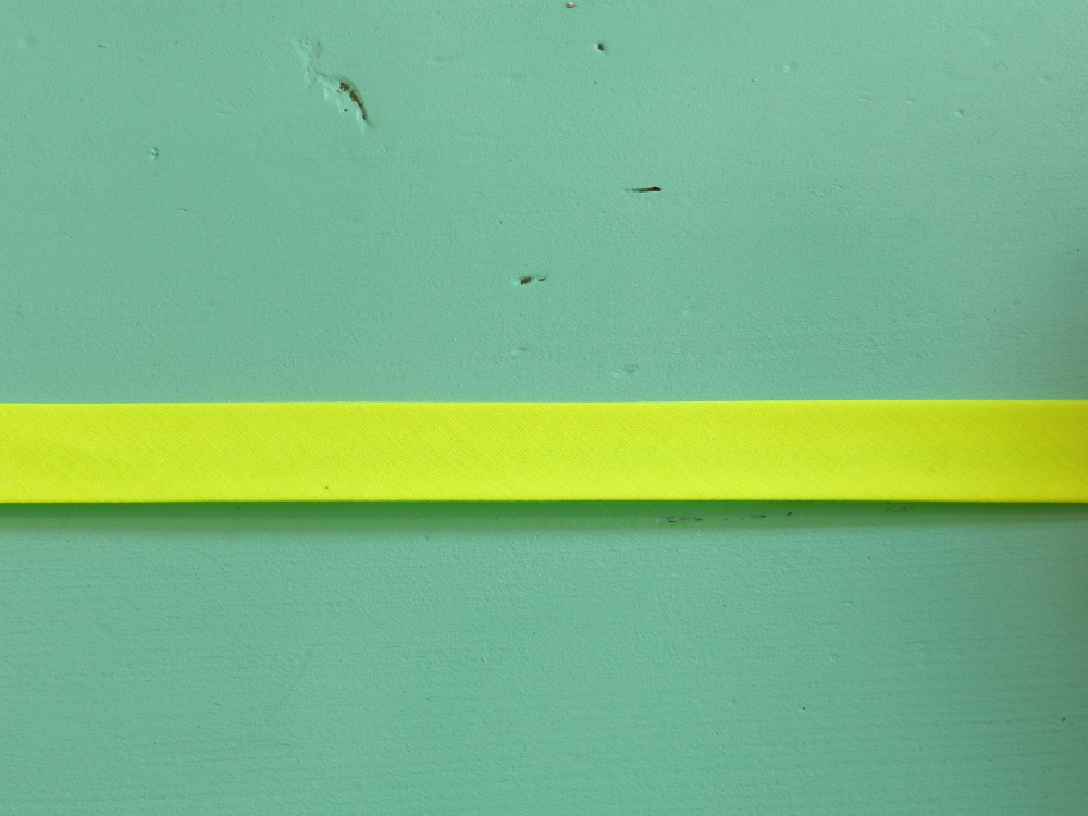 Biais uni jaune fluo gros plan