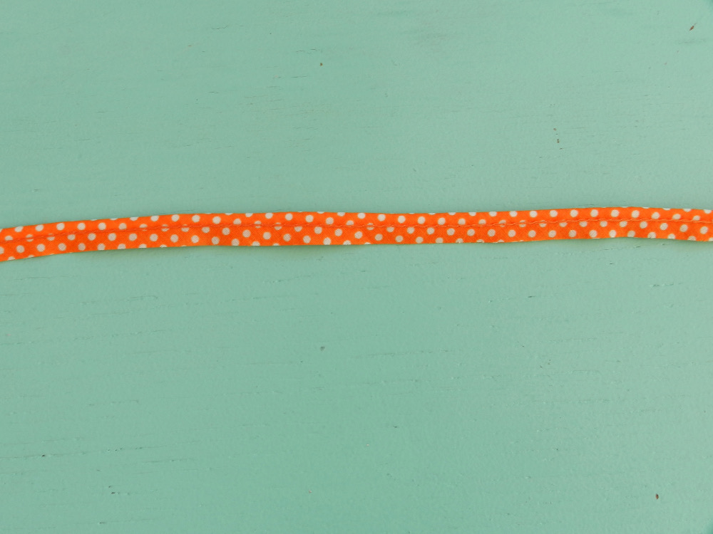 Passepoil à pois orange 10 mm gros plan