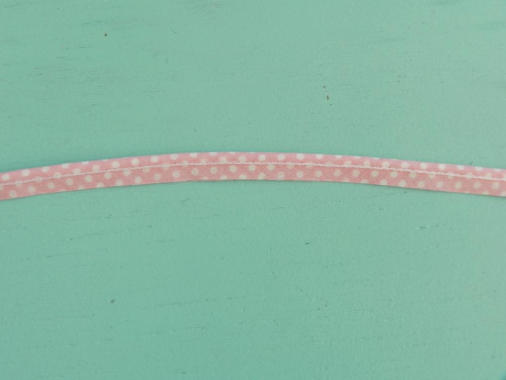 passepoil rose à pois blanc 10 mm gros plan