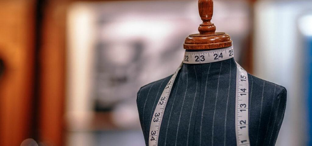 Coudre une encolure en dentelle sur la blouse Eugénie