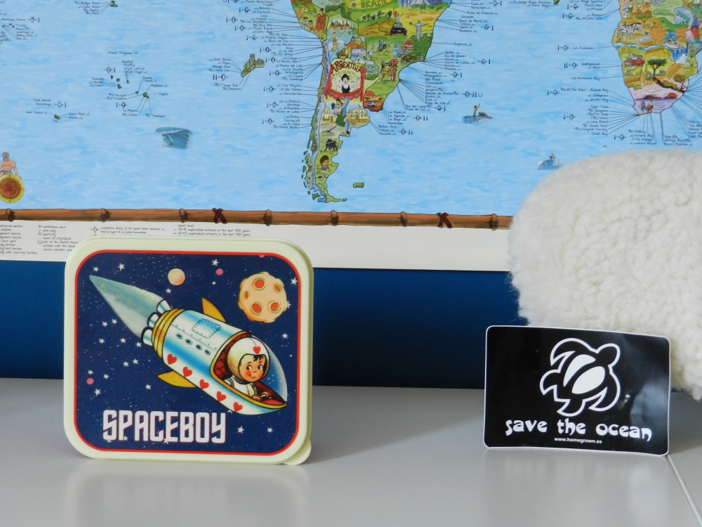 boite spaceboy et autocollant Save the ocean